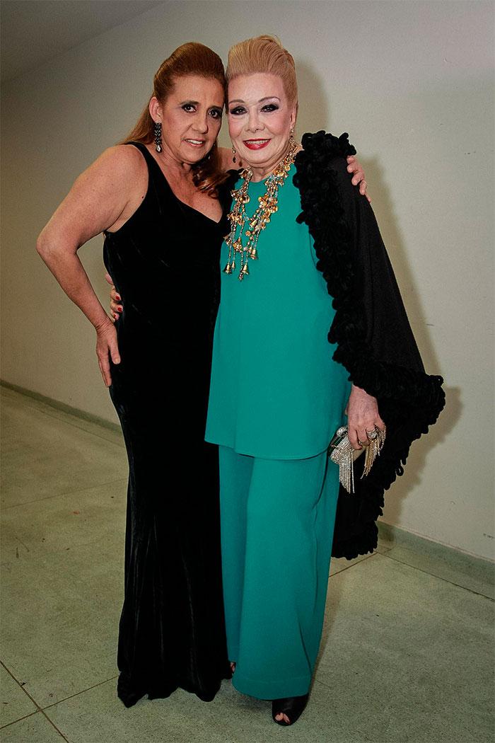 Rita Cadillac e Rogéria dão selinho em evento