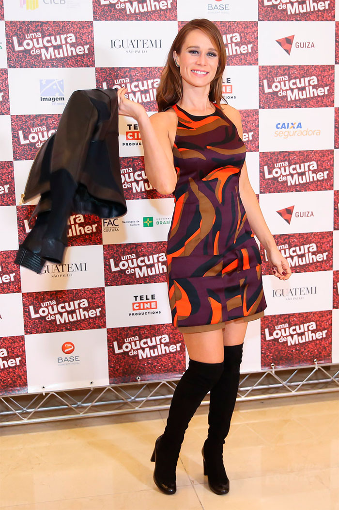 Mariana Ximenes aposta em vestido Versace de R$ 6 mil