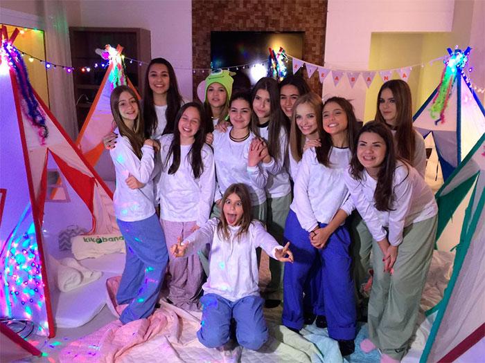 Artistas mirins se reúnem para uma festa do pijama