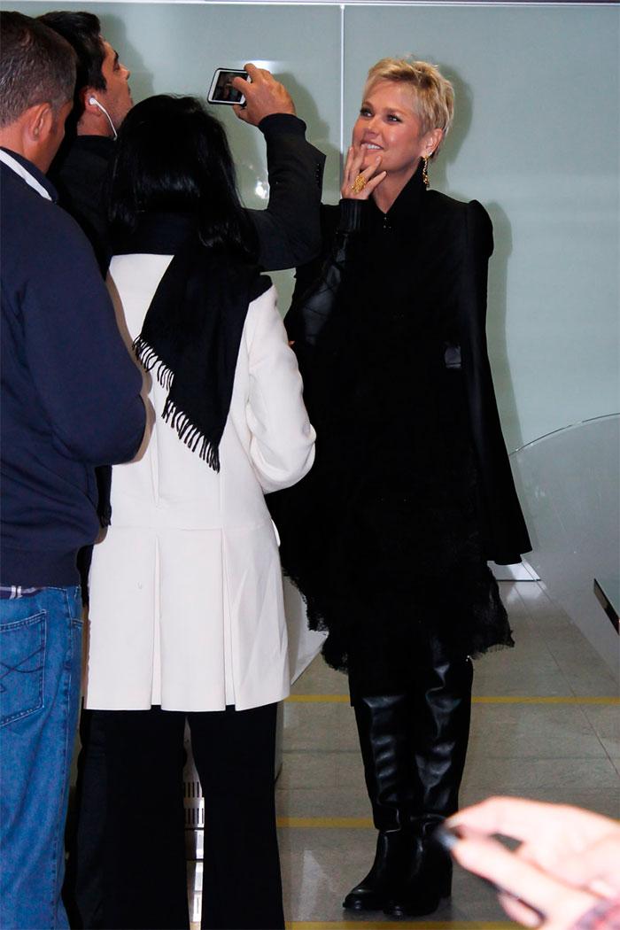 Xuxa embarca na madrugada e tira fotos com fãs