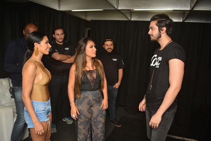 Simone e Simaria posam com Luan Santana após show