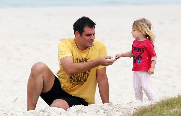 Thiago Lacerda se diverte com a filha em praia carioca