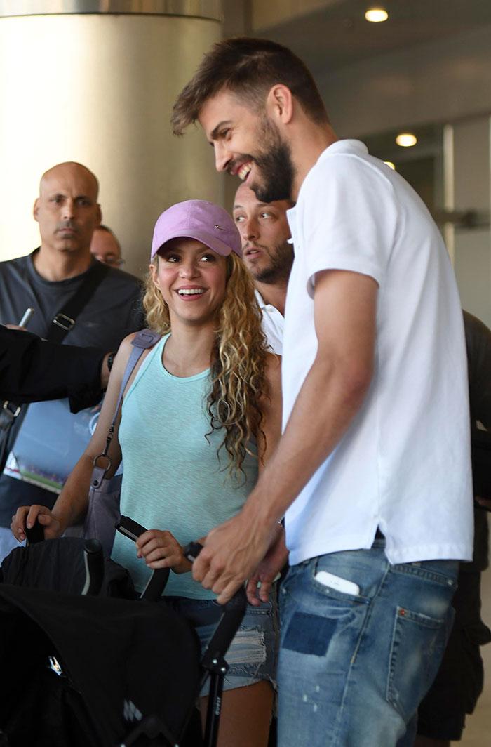 Shakira e Piqué chegam com os filhos em Miami