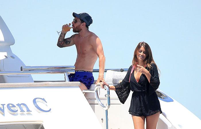Lionel Messi relaxa com a mulher em Ibiza a bordo de iate