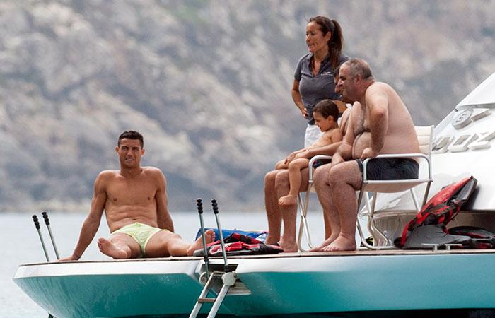 Mimado! Mãe de Cristiano Ronaldo faz massagem no filho