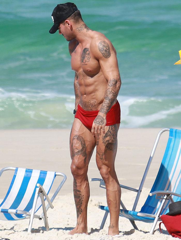 Lucas Lucco curte praia com colega de Malhação e exibe corpo