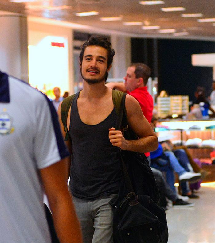 Tiago Iorc acena para paparazzo antes de deixar o Rio