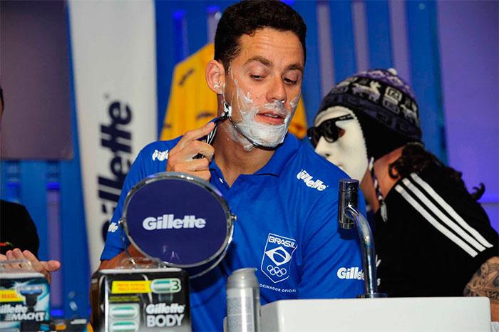 Neymar Jr. faz a barba durante evento no Guarujá