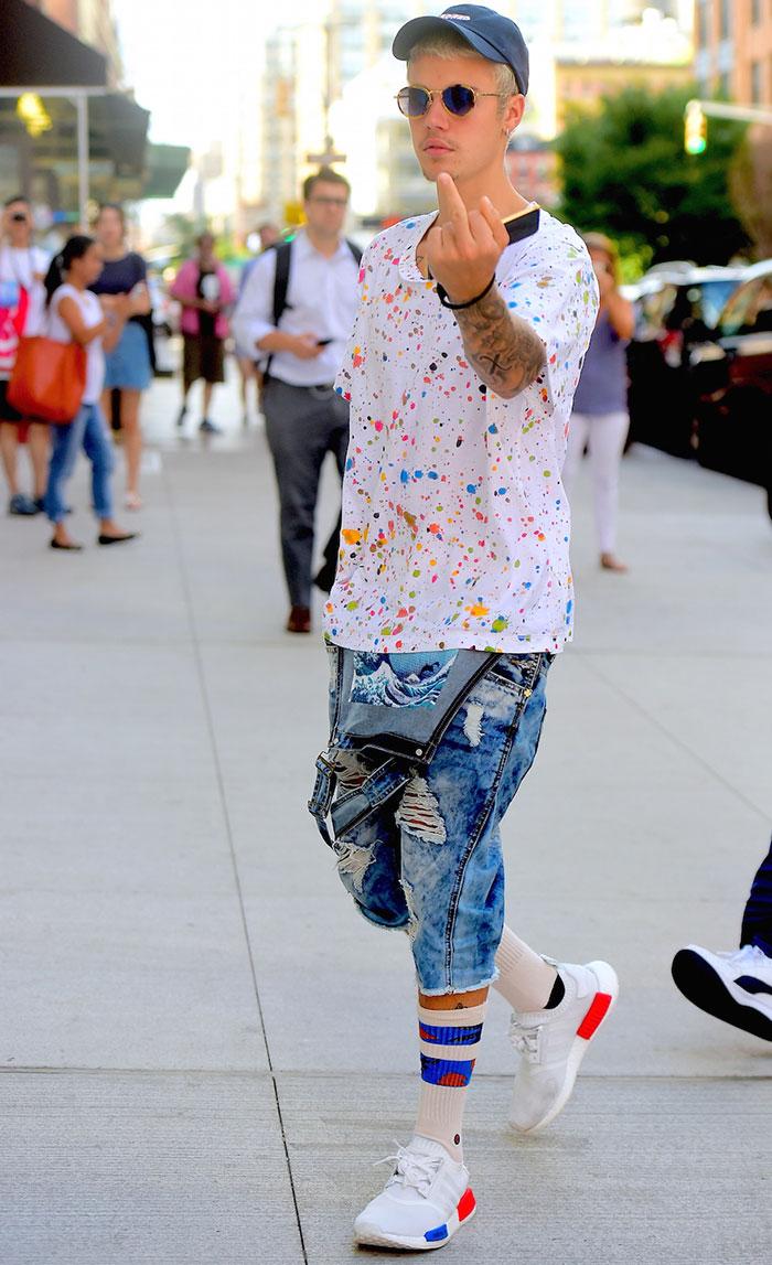 Rebelde! Justin Bieber mostra dedo do meio para paparazzi