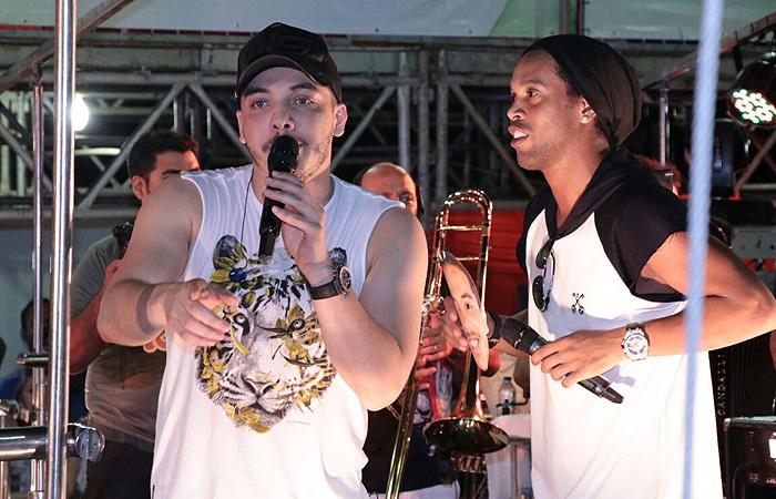 Ronaldinho Gaúcho solta a voz com Wesley Safadão