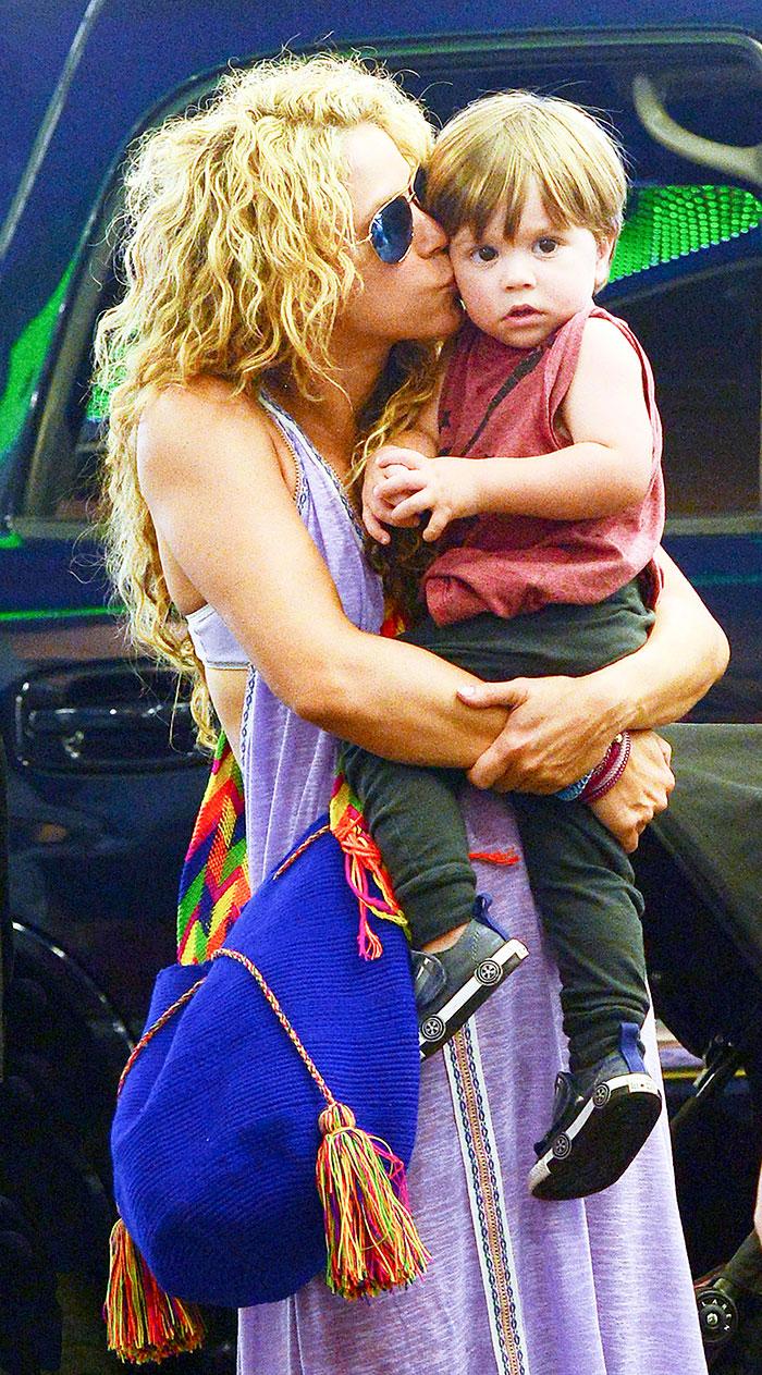 Shakira enche o caçula de beijinhos em Miami