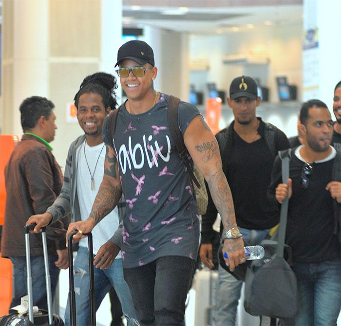 Léo Santana ostenta corpo musculoso em aeroporto no Rio