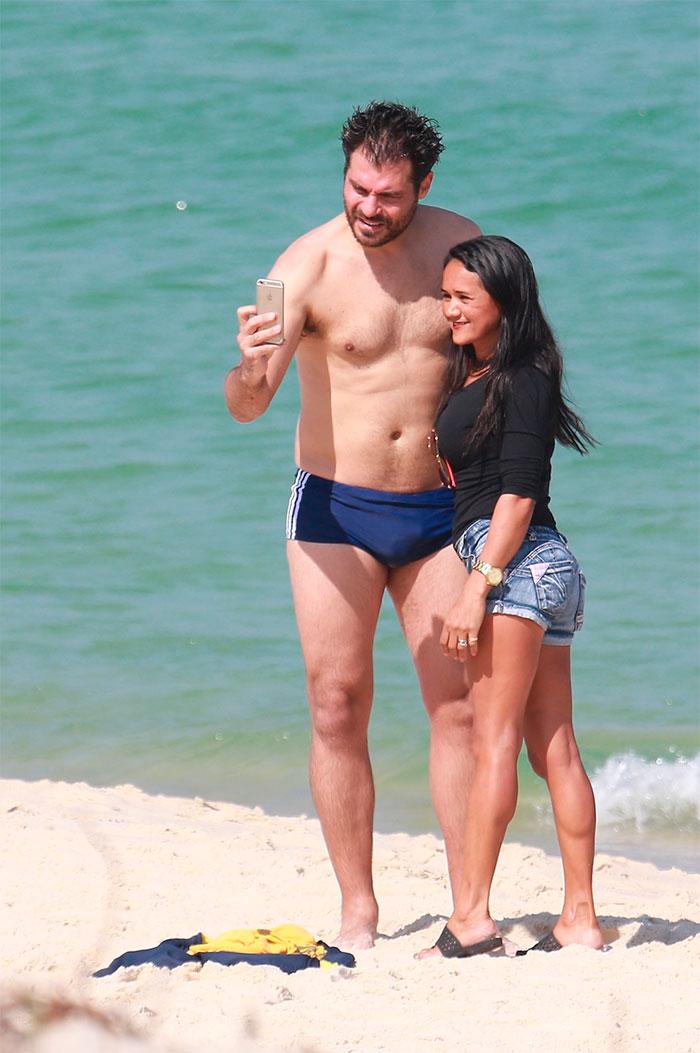 Thiago Lacerda exibe boa forma ao curtir praia no Rio