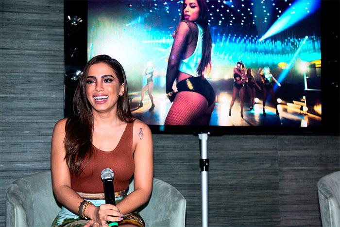 Com look estiloso, Anitta reúne a imprensa para lançar clipe