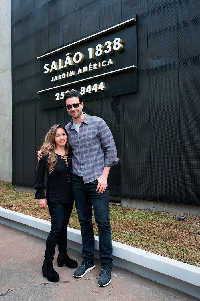 Sérgio Marone muda o visual ao visitar salão em São Paulo