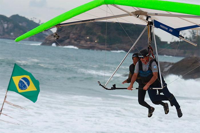 Ludmilla curte voo de asa delta pelo Rio de Janeiro