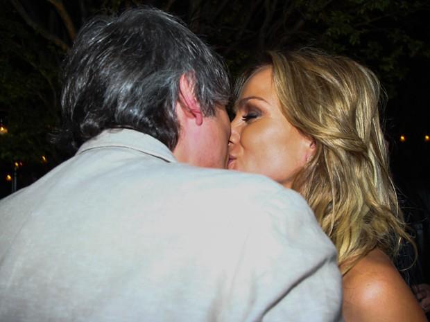 Veja 9 momentos românticos de Eliana e namorado