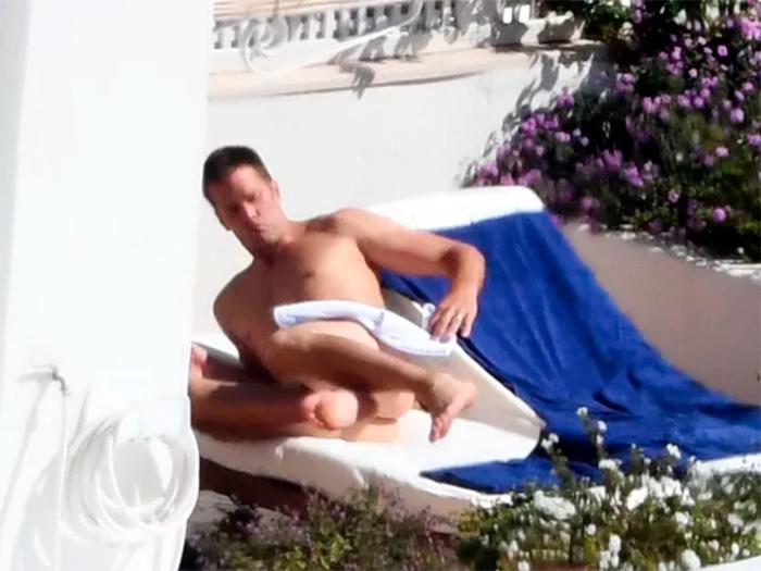 Tom Brady toma sol totalmente nu na Itália