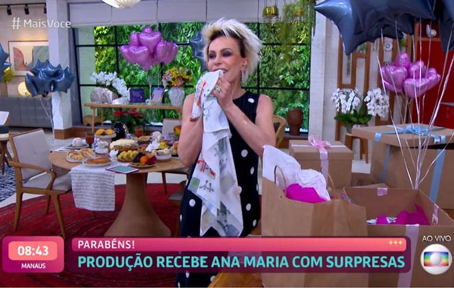 Ana Maria Braga fica emocionada com presentes dos netos