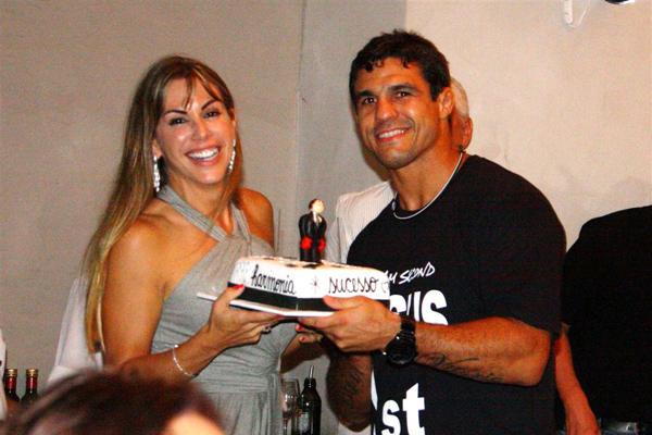 Vitor Belfort se emociona com festa de aniversário surpresa  AgNews