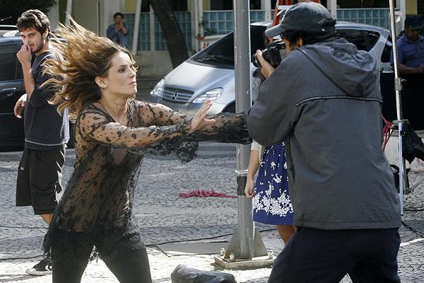 Deborah Secco agride paparazzo em filme - Ag.APhotos: www.ofuxico.com.br/noticias-sobre-famosos/deborah-secco-agride...
