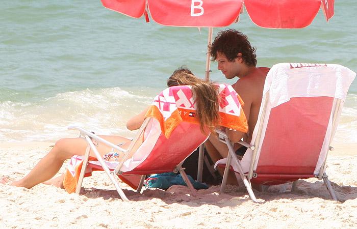 Gustavo Leão namora muito em praia carioca - Ag.APhotos: www.ofuxico.com.br/noticias-sobre-famosos/gustavo-leao-namora-muito...