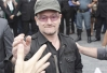 Bono consegue apartamento para Courtney Love -