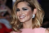 Cheryl Cole presenteia Katy Perry com os bonecos do One Direction -