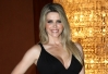 Mari Alexandre capricha no decote em evento beneficente -