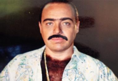 Gugu Liberato faz pose com bigode postiço e peruca de peito - Reprodução