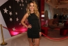 De vestido justo, Wanessa faz pocket show no show room da Planet Girls -