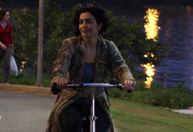 Ao lado do namorado, Letícia Sabatella pedala pelo calçadão da Lagoa, no Rio - J.C. Pereira e Gil Rodrigues / RioNews