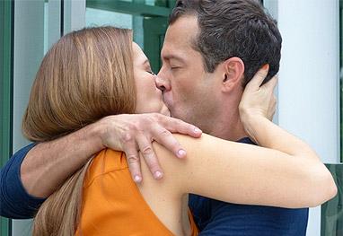Amor à Vida: Paloma e Bruno se beijam depois que ele é expulso do prédio - Amor à Vida / TV Globo