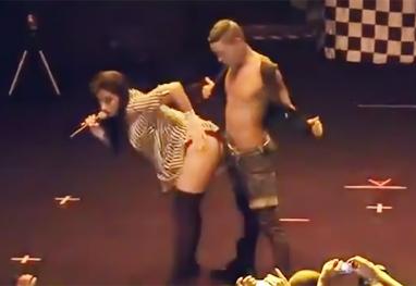 Vídeo com Anitta simulando sexo com dançarino no palco bomba na web