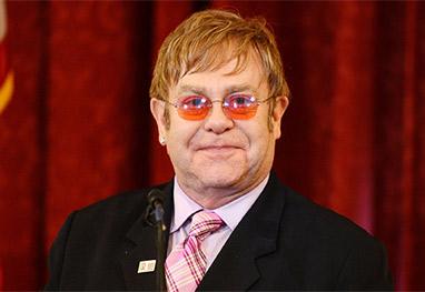 Após cirurgia, Elton John se recupera bem - Getty Images