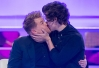 Harry Styles, do One Direction, dá beijaço no ator James Corden -