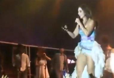 Ivete Sangalo se irrita com fã que tentava filmar sua calcinha - Reprodução