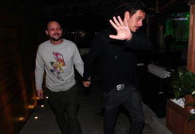 Eduardo Sterblitch chega a evento de mãos dadas com namorado de Sabrina Sato - Foto Rio News/Manuela Scarpa e Marcos Ribas
