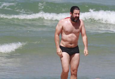 Murilo Benício se refresca no mar em dia de sol no Rio - Ag News