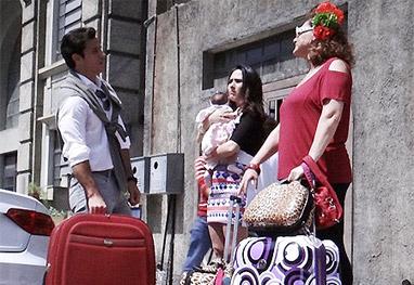 Amor à Vida: Valdirene muda de mala e cuia com mãe e filho pra casa do milionário - Amor à Vida/TV Globo