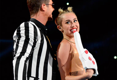 Dedo de espuma usado por Miley Cyrus no VMA se esgotam para Halloween - Getty Images