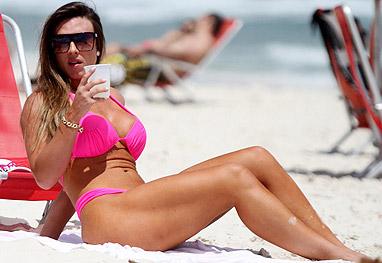 145ec7c48 Nicole Bahls chama atenção com corpão bronzeado e biquíni rosa-choque -  Marcos Ferreira