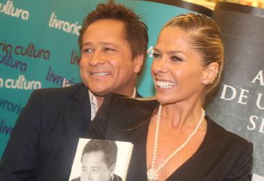 Leonardo recebe carinho de Adriane Galisteu e do filho em noite de autógrafos - AgNews