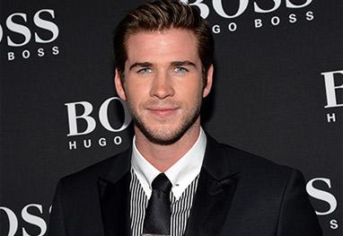 Liam Hemsworth se machuca ao tentar chamar a atenção durante coletiva - Getty Images