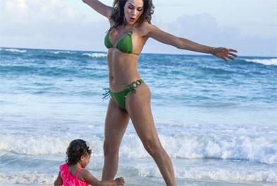 Daniela Albuquerque flutua de biquíni na praia com a filha - Reprodução