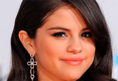 Selena Gomez chora por Justin Bieber e é consolada por Vanessa Hudgens - Getty Images