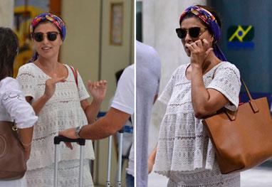 Juliana Paes aterrissa no Rio toda de branco com lenço colorido na cabeça - AgNews