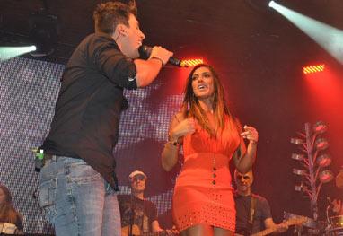 Nicole Bahls rouba a cena em show de sertanejo, em São Paulo - AgNews