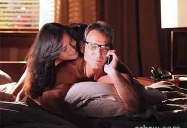 Em Família: Ricardo fala com Chica ao telefone enquanto está com amante na cama - Em Família/ TV Globo