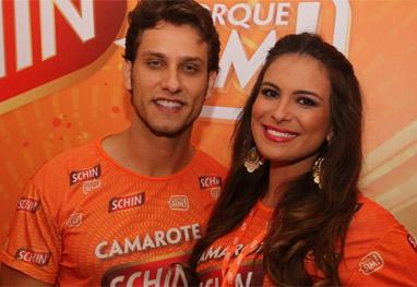 Ex-BBBs Elieser e Camila Salgado curtem camarote baiano